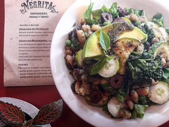 Ensalada Frijoles y Calabacín, uma salada quente de feijão cavalo branco, abobrinha grelhada, brócol