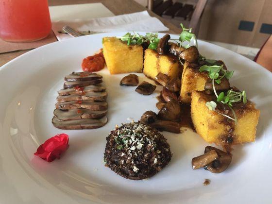 Polenta frita com cogumelos de diferentes texturas e demi glace vegetal. Foto: Flávia Schiochet/Arqu