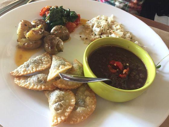 Arroz, feijão, batata salteada com pimenta calabresa, espinafre refogado e porção de pastéis de cogu