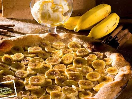 Pizza de bananas ao rum acompanhada de sorvete de creme. Foto: reprodução / Facebook.