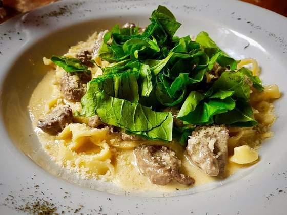 Fettucine com mignon, gorgonzola e rúculas. Foto: reprodução / Facebook.