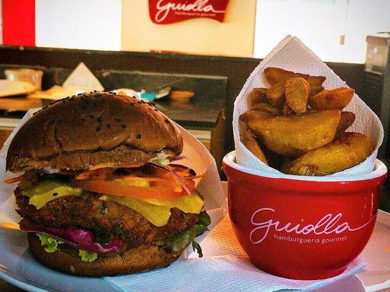 O restaurante tem sanduíches com carnes e opção vegana.
