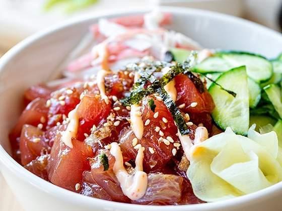 O prato havaiano Poke. Foto: reprodução / Facebook.