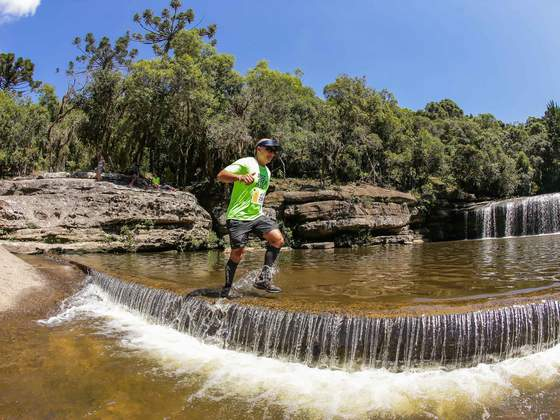 No formato trail run, com predominância em trilhas, a Discover Trail é ideal para atletas ou amadores que curtem subida, lama, trilhas, rios e paisagens