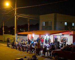 """""""Bar dos Paraíbas"""": conheça a incrível """"buchada de bode"""" que fecha uma rua em Colombo toda segunda-feira"""