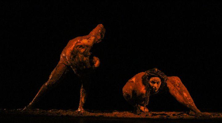 Peça em Curitiba é toda encenada com atores na lama (e a entrada é gratuita)