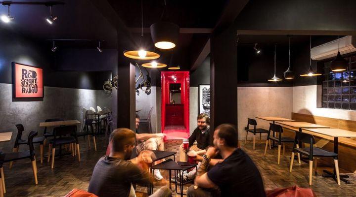Bar em Curitiba realiza campeonato de beer pong