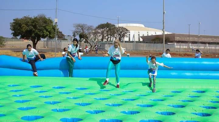 Corrida com obstáculos infláveis gigantes ainda tem vagas disponíveis