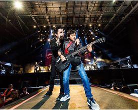 Quem é o menino de 13 anos que roubou a cena no show do Green Day em Curitiba?