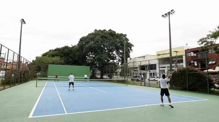 Cinco quadras gratuitas para jogar tênis em Curitiba