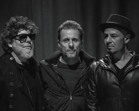 Com apenas três membros restantes de sua formação original, banda estreia em Curitiba sua primeira ópera-rock, Doze Flores Amarelas