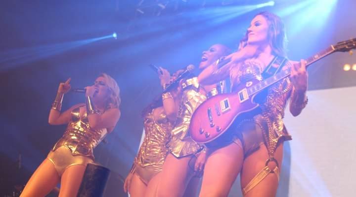 Grupo Rouge transbordou alegria e fez todo mundo dançar ao som de hits