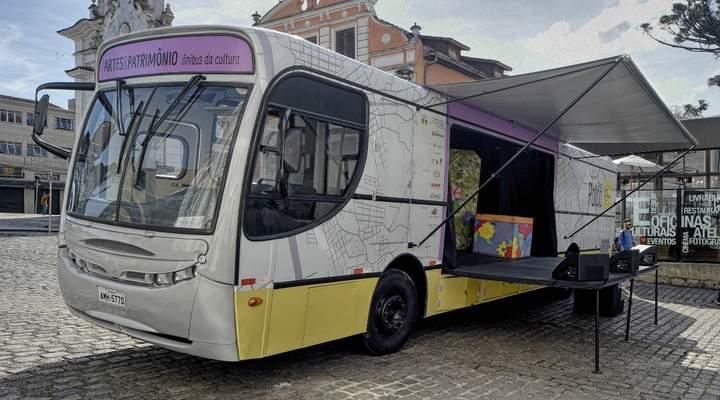 Ônibus-palco traz atrações culturais para o Largo da Ordem neste sábado