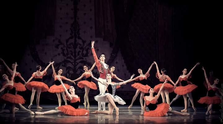 Lâmpada estoura no palco durante espetáculo de balé no Guaíra e assusta plateia