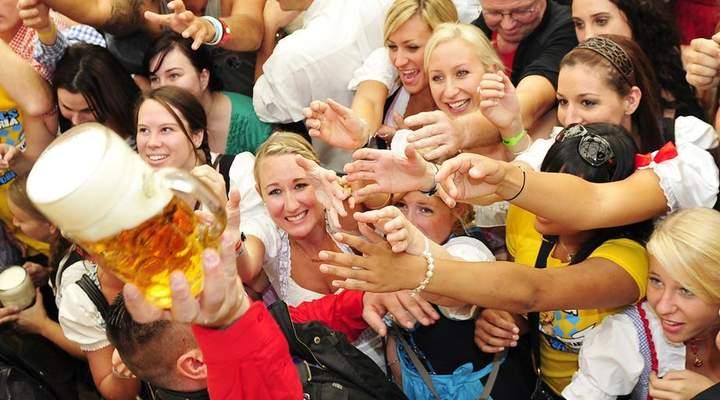 Oktoberfest terá levantamento de chope e corrida de barril em Curitiba