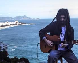 Neto de Chico Buarque e filho de Carlinhos Brown, músico Chico Brown faz primeiro show em Curitiba