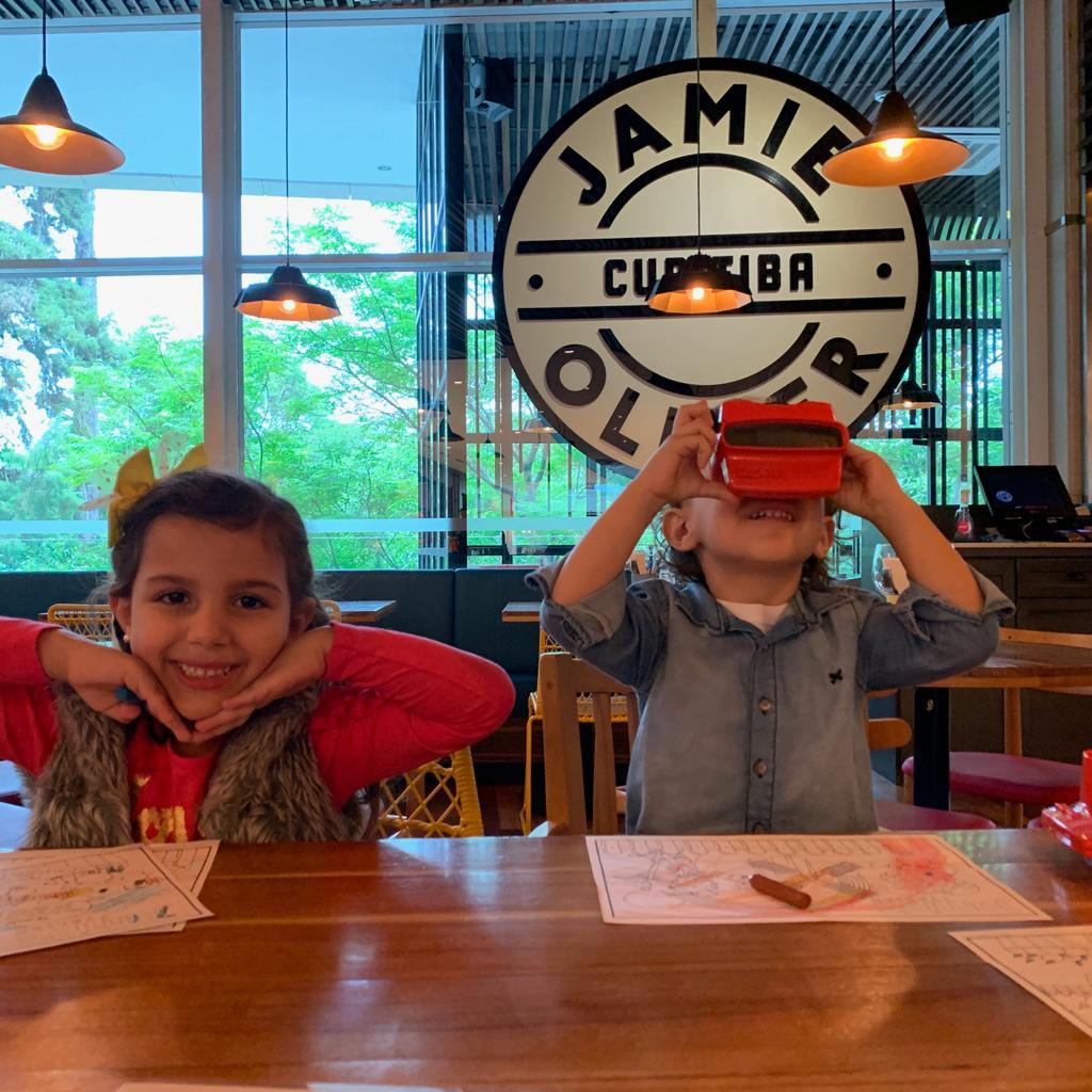 Crianças se divertem com cardápio 3D do Jamie's Italian. Foto: Laura Beal Bordin / Gazeta do Povo