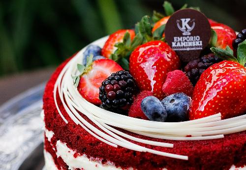 Red Velvet do Empório Kaminski vem com recheio de cream cheese e cobertura de frutas frescas. Foto: divulgação.