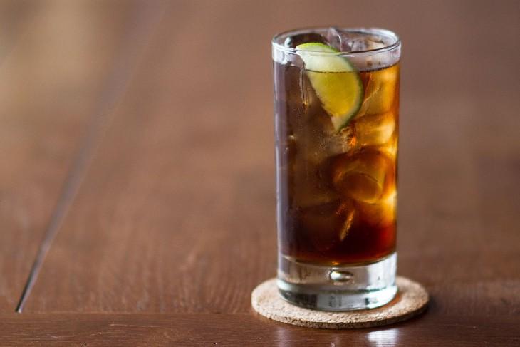 O Cuba Libre, drink composto por rum e Coca-Cola