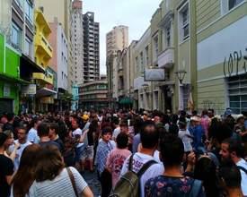 """Mesmo com chuva, bloco """"10afinados & daí?"""" agitou pré-carnaval curitibano"""