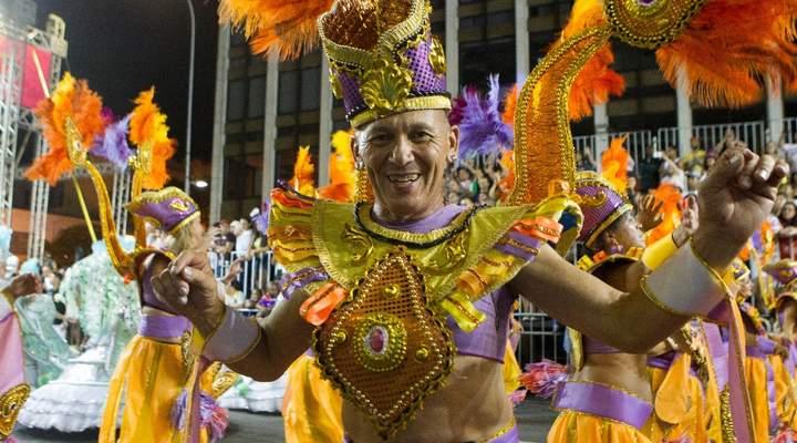 Escolas de samba de Curitiba proporcionam madrugada de diversão no Carnaval