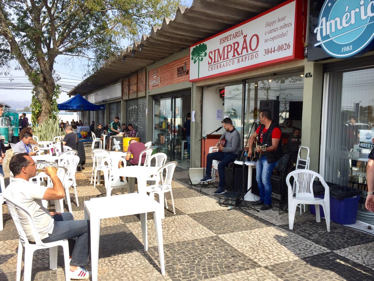 Comércio da Rua Álvaro Botelho, no Bacacheri, ficará de portas abertas ao longo do dia.