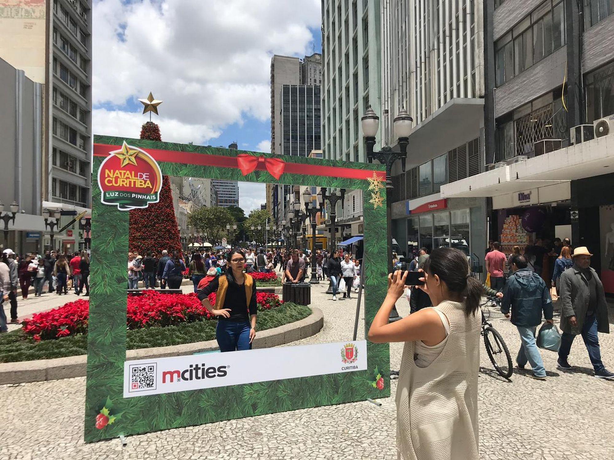 Com dimensões de 2,5 metros de altura por 3 metros de largura, a moldura fica até o dia 6 de janeiro. Foto: Prefeitura de Curitiba/Divulgação