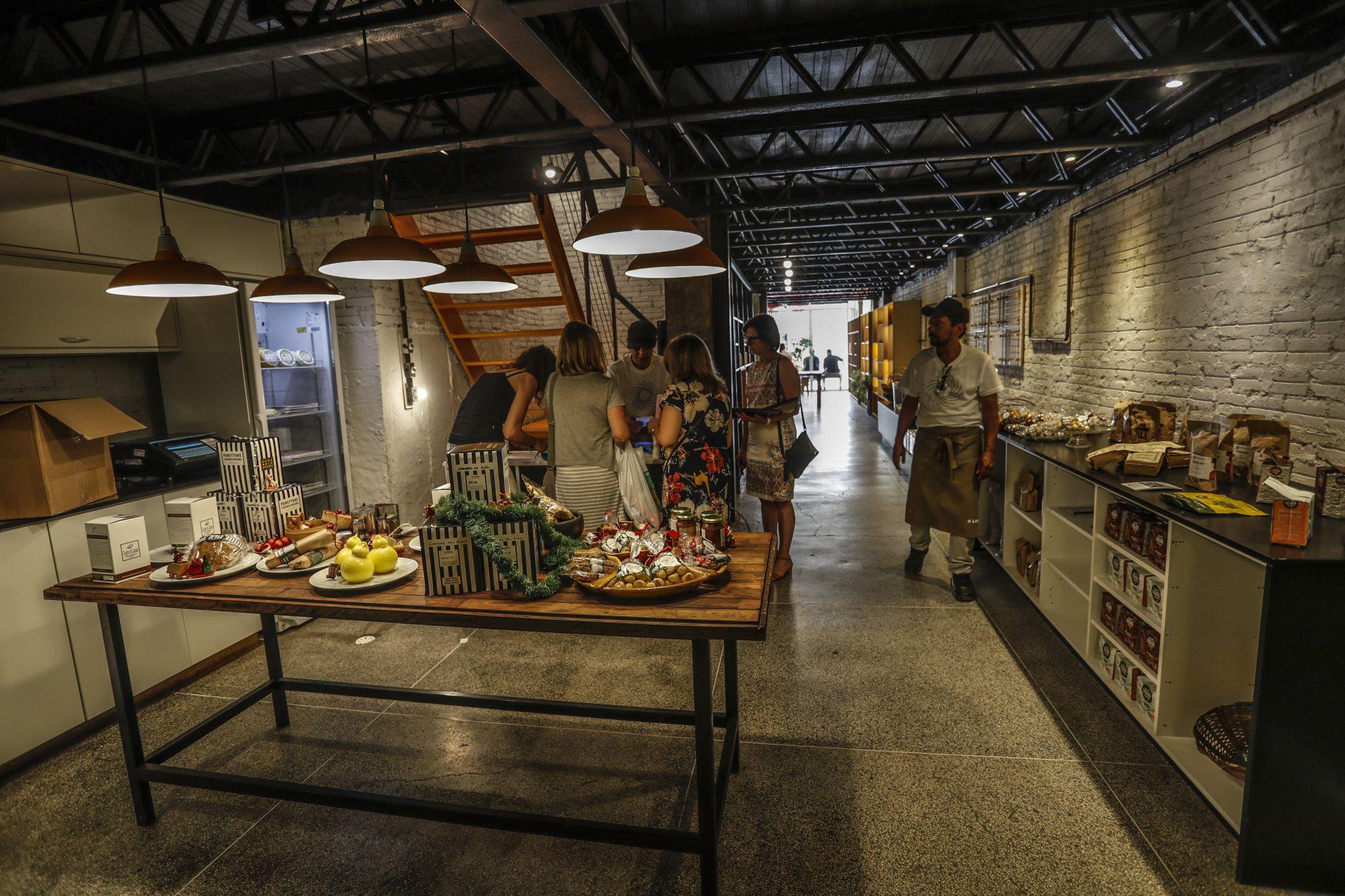 A delicatessen tem produtos feitos pela cozinha d'O Locavorista, como catchup da casa, e também produtos alimentícios do Paraná. Foto: Jonathan Campos/Gazeta do Povo