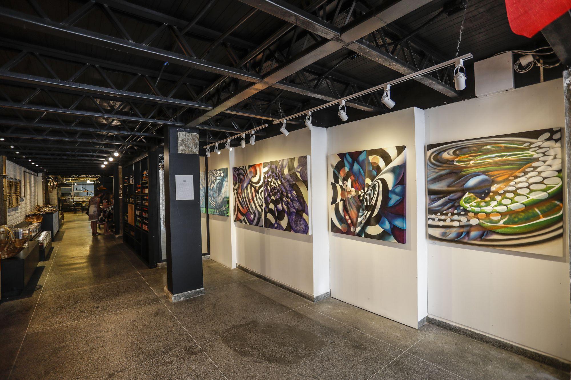 As paredes à direita da entrada são destinadas aos artistas locais. A exposição é por quinzena. Foto: Jonathan Campos/Gazeta do Povo