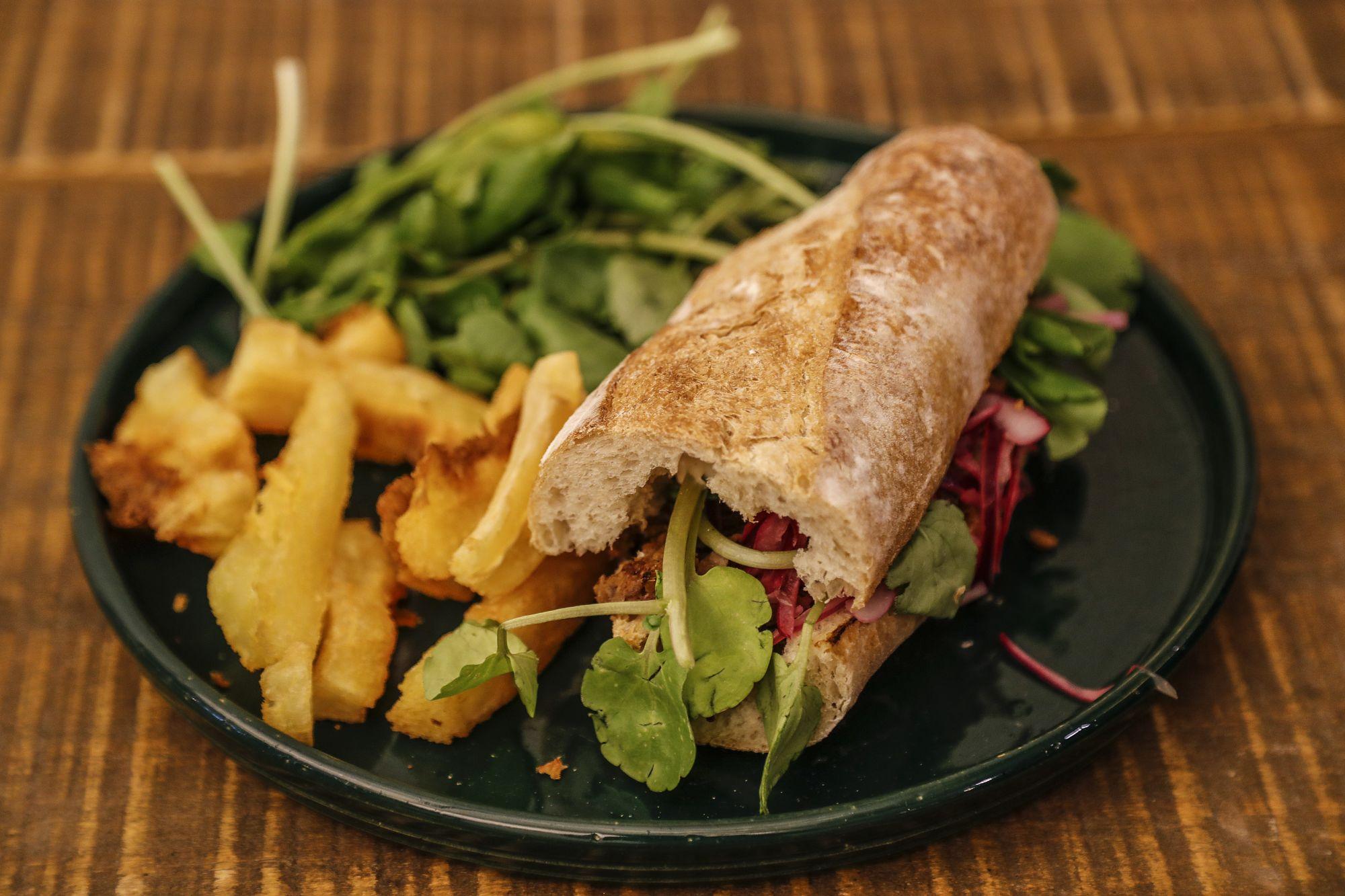 Sanduíche de costela desfiada, montado com molho tártaro, cebola roxa e agrião. Foto: Jonathan Campos/Gazeta do Povo