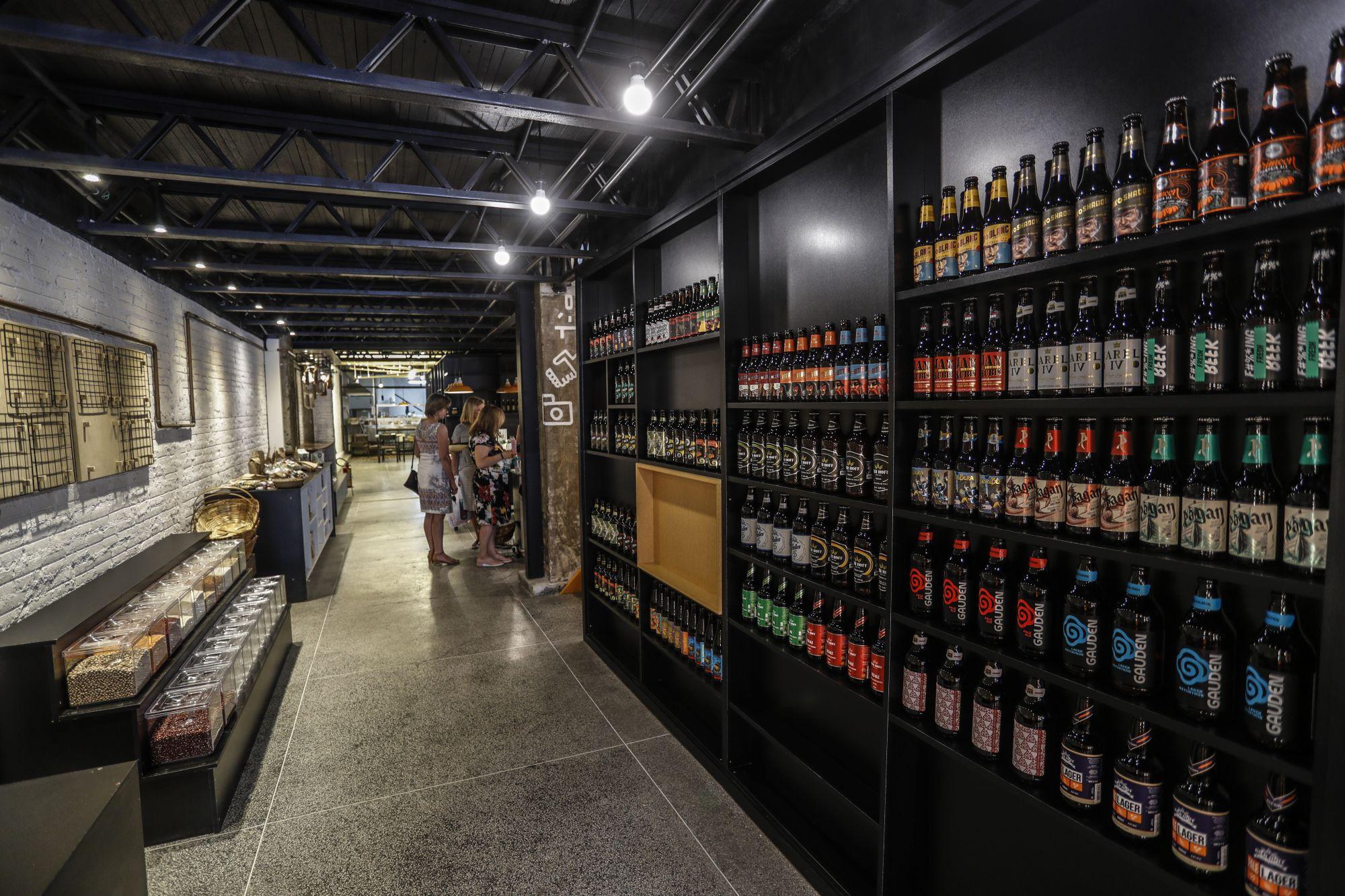 Cervejas e vinhos paranaenses são as opções para beber ou levar para casa n'O Locavorista. Foto: Jonathan Campos/Gazeta do Povo