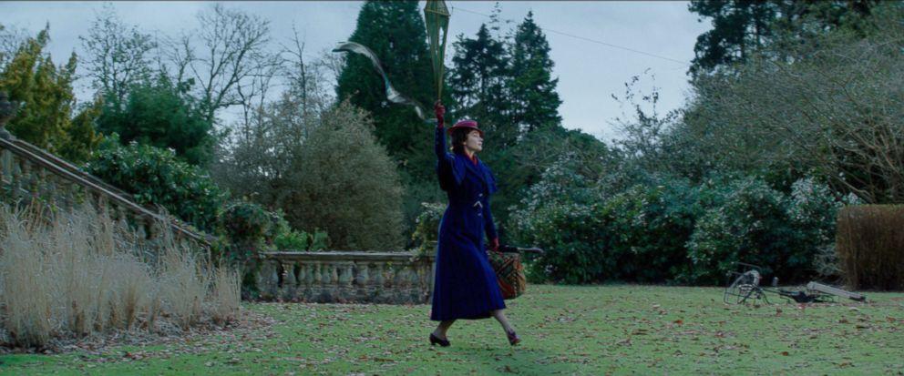 Emily Blunt como Mary Poppins descendo do céu com a pipa na mão.