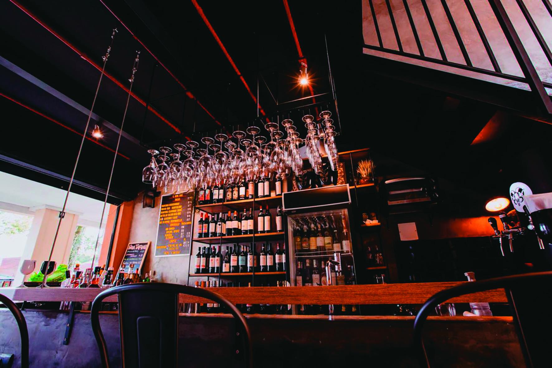 V. Wine Bar fica na Rua Itupava e aumenta o número de vinhos brancos e rosés gelados para o verão. Foto: Divulgação