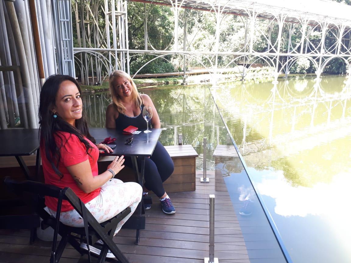 A empresária Gislaine Nunes e a produtora de eventos Camila Ascenço aprovaram a união entre natureza e arte. Foto: Raquel Derevecki