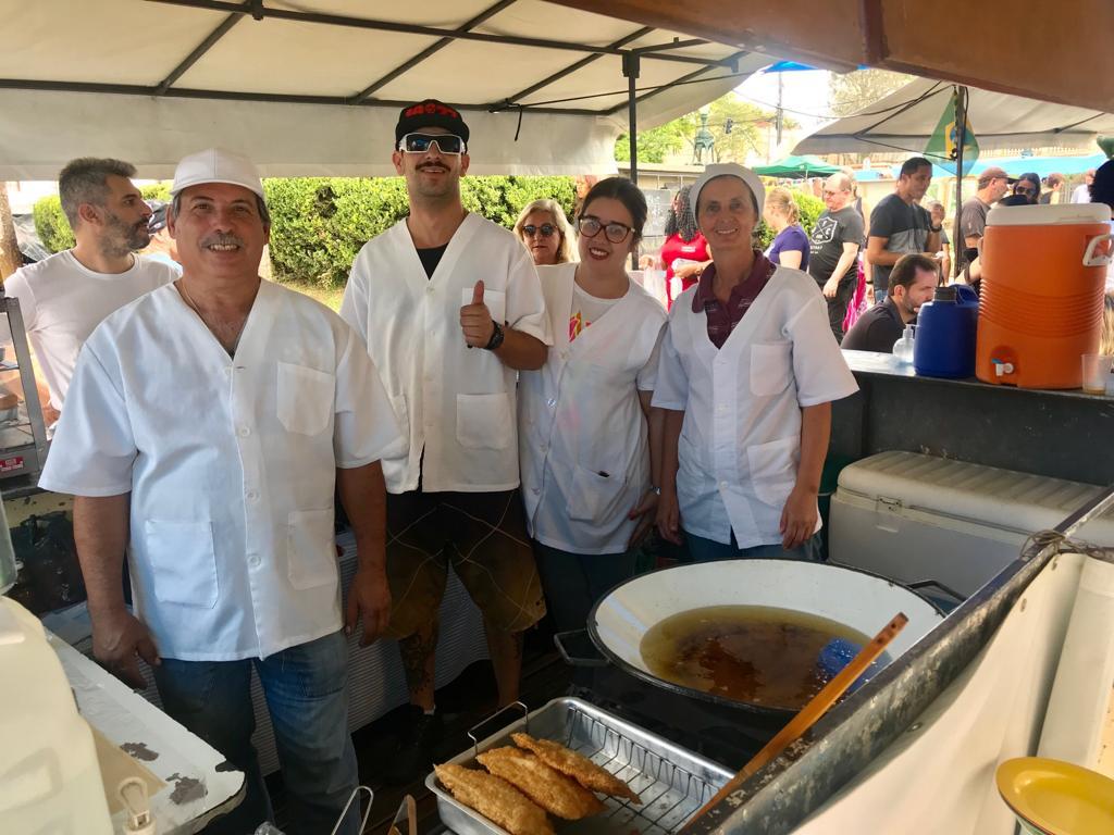 A família Chamano trabalha com pastel na Feira do Largo da Ordem desde 1991