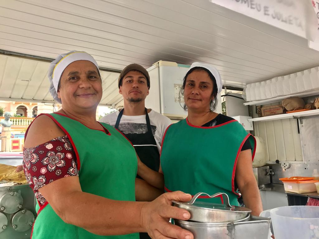 A comerciante Maria Barbosa de Oliveira e sua equipe oferecem diversas opções de pastéis para o público vegetariano
