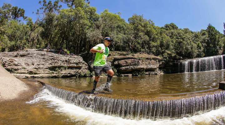 Cachoeira paradisíaca na região de Curitiba é cenário de corrida no fim de semana