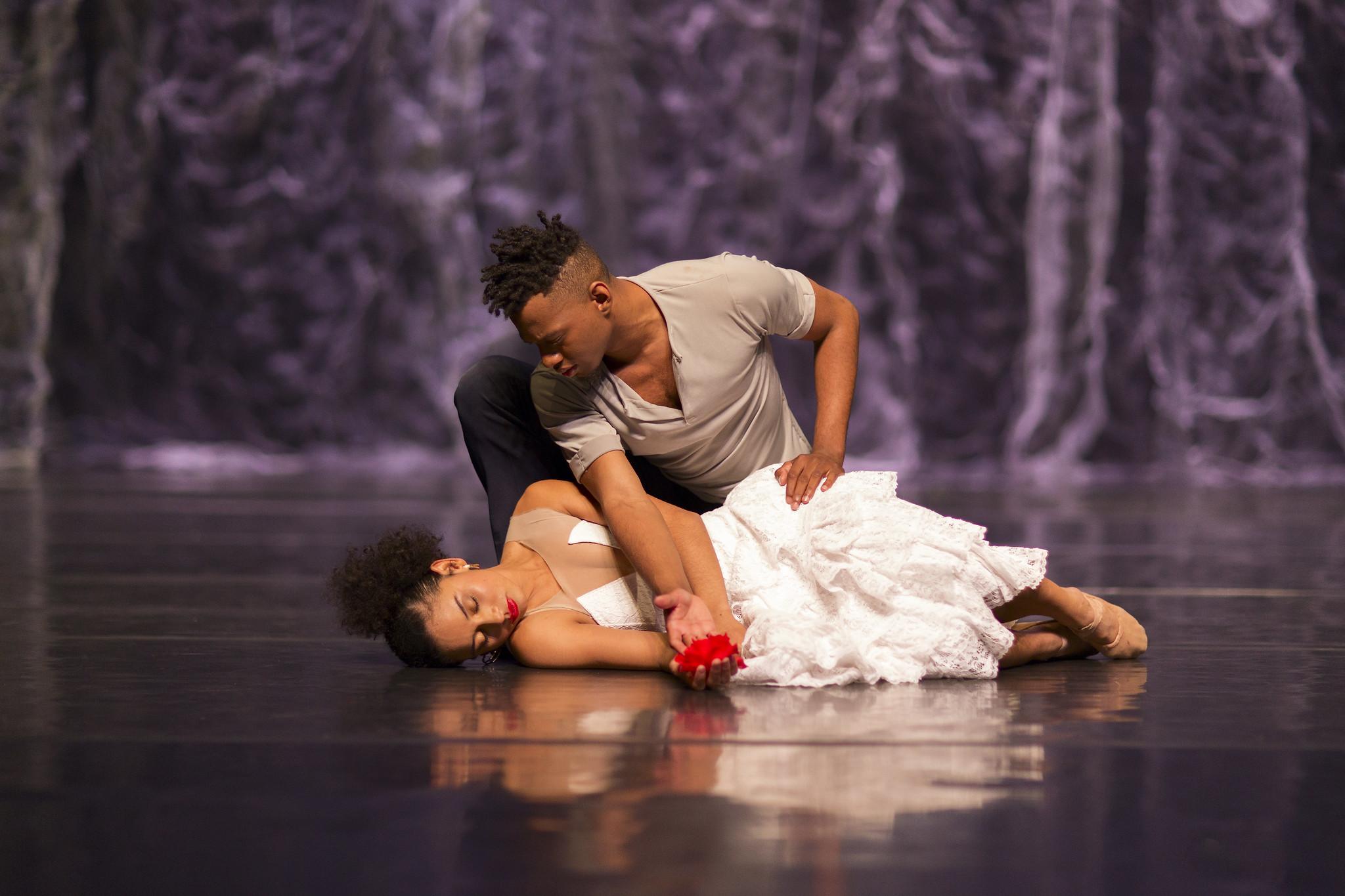O espetáculo Carmen, faz parte das comemorações dos 50 anos do Balé Teatro Guaíra. Foto: Maringas Maciel / Divulgação
