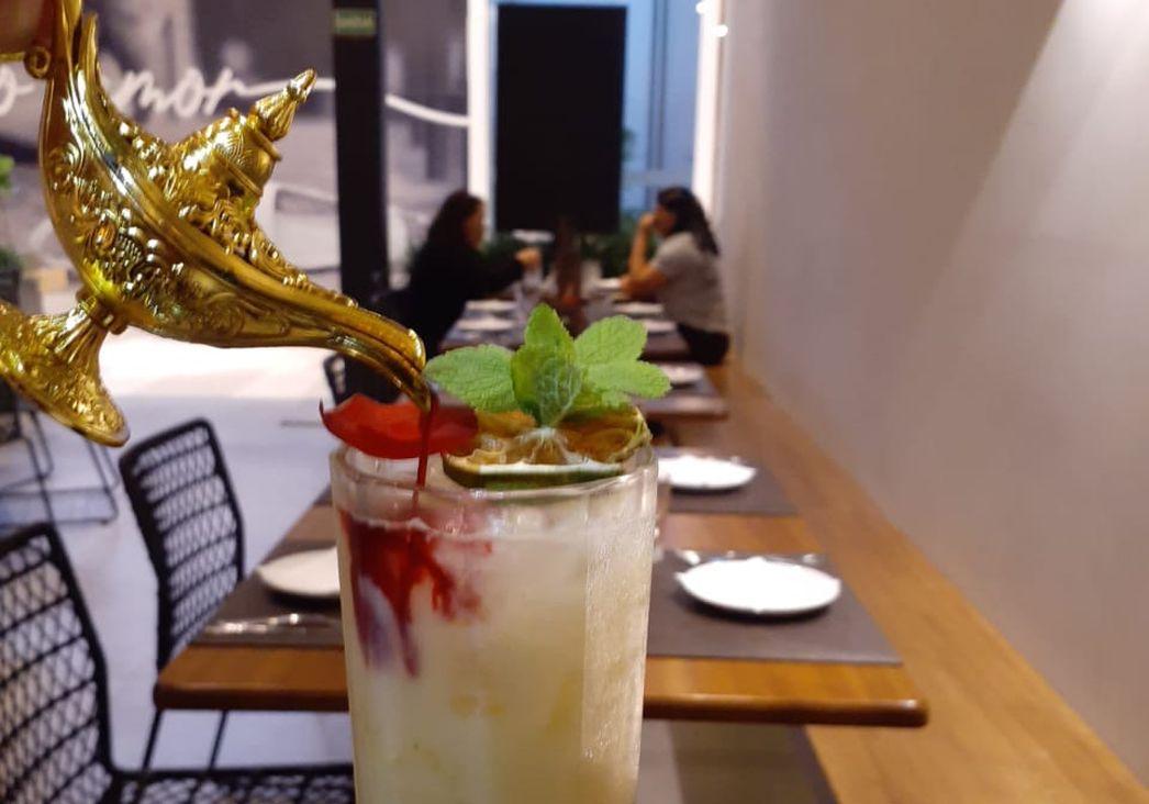 Coquetel BaraQuias vem com lâmpada com xarope artesanal de chai de hibisco. Foto: divulgação.