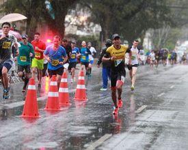 Ninguém é de açúcar!  5 mil pessoas participaram da maior corrida de rua de Curitiba na chuva