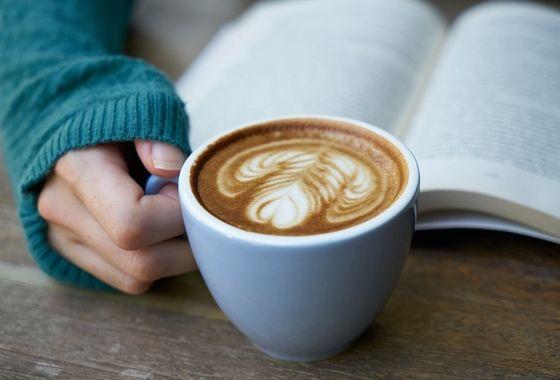 Sete livrarias com cafés para você aproveitar a leitura